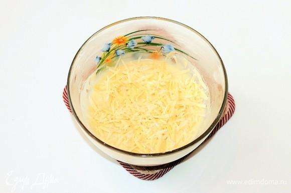 Сыр натереть на крупной терке и добавить в тесто.