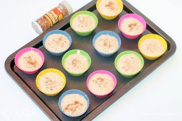 Формочки для маффинов смазать оставшимся сливочным маслом, наполнить тестом, посыпать сверху корицей.