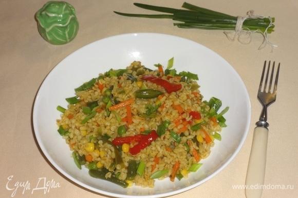 Блюдо готово. Разложить по порциям, посыпать мелконарезанным зеленым луком. Вкусно и в горячем, и в холодном виде. Угощайтесь! Приятного аппетита!