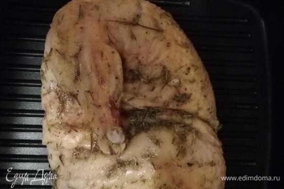 Обжарить на хорошо разогретой сковороде-гриль с двух сторон.