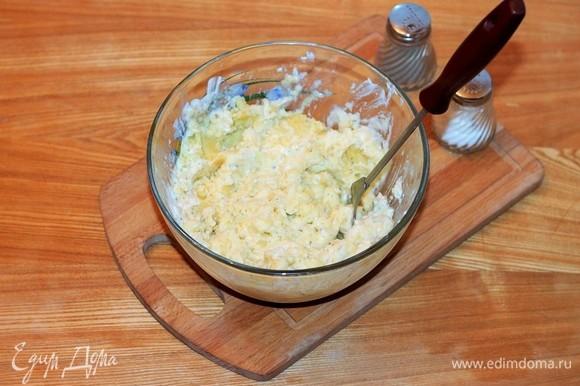 Размять картофельную массу вилкой в пюре так, чтобы в нем остались небольшие кусочки.