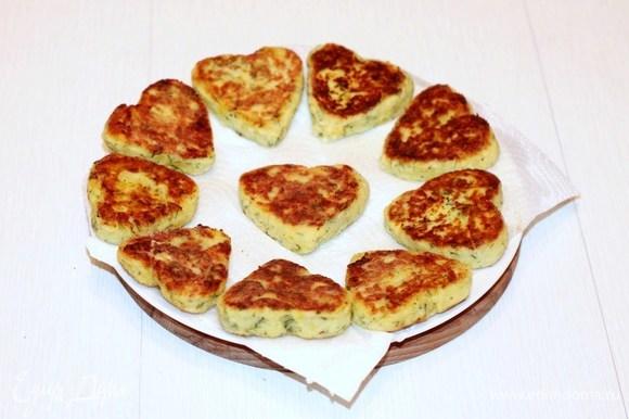 Разогреть в сковороде оливковое масло и обжаривать треугольники по 2 минуты с каждой стороны до золотистой корочки. Выложить треугольнички на бумажное полотенце, а затем — на блюдо.