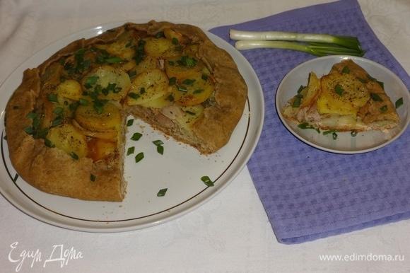 Посыпать галету мелко нарезанным зеленым луком, разрезать на порции. Подать к столу можно и в теплом, и в холодном виде. Угощайтесь! Приятного аппетита!