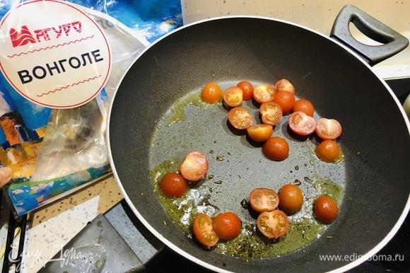 Добавляем помидоры черри, разрезанные пополам и томим их под крышкой, чтобы немного загустело.