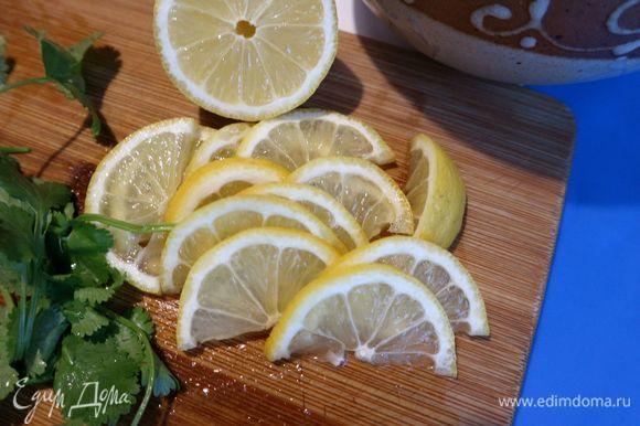 Нарезать лимон на тонкие пластины. Нарезать на кусочки слабосоленую семгу.