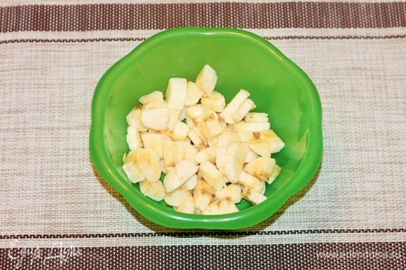 Банан почистить и мелко нарезать.