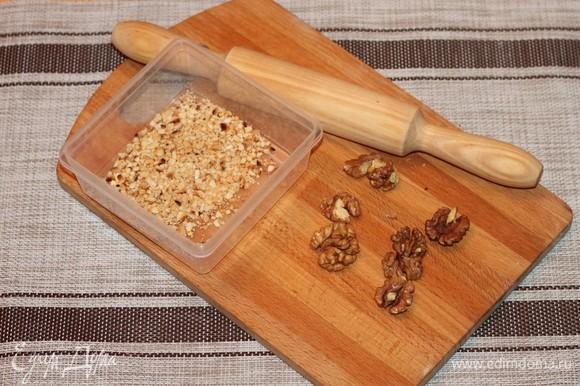 Грецкие орехи измельчить. Величина помола на ваш вкус.