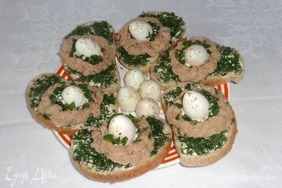 Выложить бутерброды на блюдо и подать к столу. Угощайтесь! Приятного аппетита!