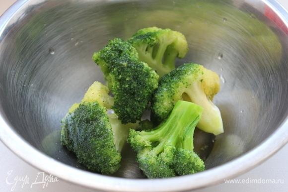 Замороженную брокколи размораживать не надо. Пока готовится воздушная яичная лепешка, закинуть брокколи в кипящую воду. Уменьшить огонь до среднего.