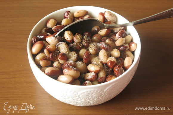 Солим и перчим фасоль, поливаем маслом. Вливаем уксус (Юлия рекомендует уксус из яблочного сидра, у меня малиновый).