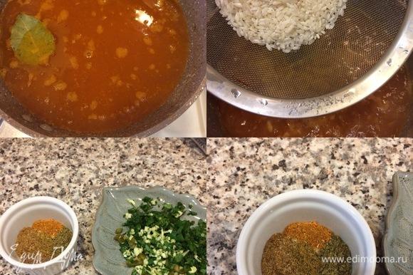 Затем залить бульоном, добавить лавровый лист и довести до кипения. Когда закипит, добавить рис, перемешать, накрыть крышкой и варить 15 минут (мой рис варится 15 минут). Пока варится рис, нарезать свежую кинзу, оставшийся чеснок и острый зеленый перец.