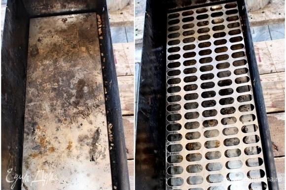 Потом все это прикрывается поддоном, чтобы, значит, жир не подгорал на дне коптильни. И чтобы решетка с рыбой стояла повыше немного, положил одну решетку, что называется, вхолостую.