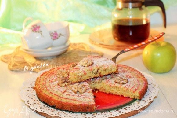 «Манка в выпечке себя ведет просто потрясающе, у пирога получается рыхлая и нежная структура. Орехи можно взять любые, но фисташки невероятным образом дружат с апельсинами…», — пишет Юлия Высоцкая.
