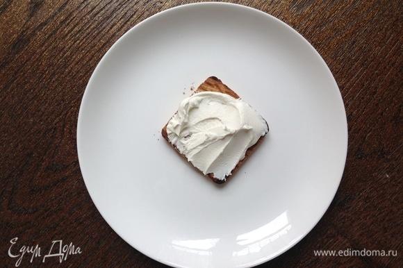 Маскарпоне с пудрой и каплей ванильного сиропа перемешать. Выложить на печенье.