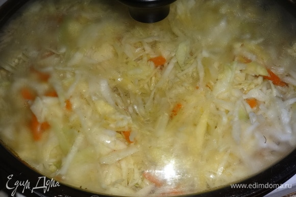 Накрыть сковороду крышкой и тушить на медленном огне до мягкости капусты.
