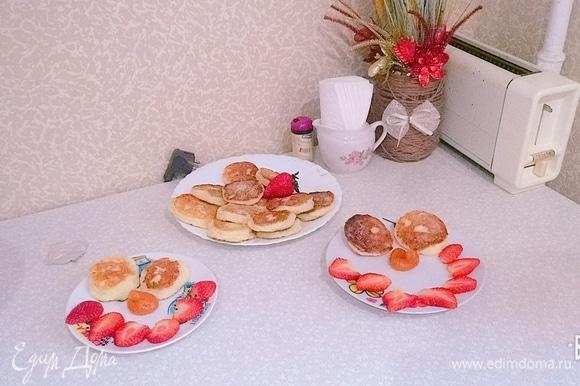 Достаем все любимые топинги, фрукты, ягоды. И подаем сырники на стол в горячем или холодном виде.