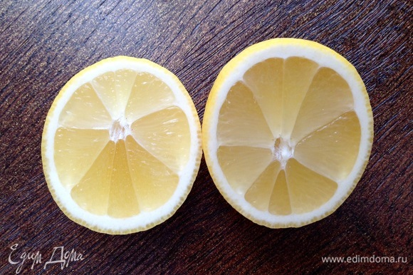 Из половинки лимона выжать сок, добавить к смородине.