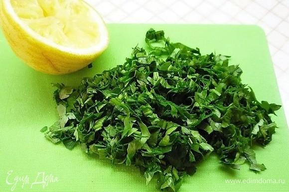 Духовку разогреваем до 170°C. Петрушку мелко рубим, из лимона выжимаем 1 ст. л. сока.