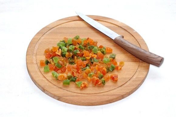 Духовку предварительно разогреть до 190°C. Цукаты (у меня вяленые фрукты) мелко нарезать.