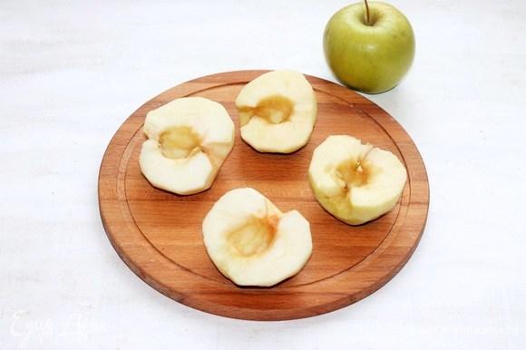 Яблоки (по книге — груши) вымыть, разрезать пополам, удалить сердцевину и семечки. Одно яблоко я разрезала пополам, удалила семечки — это половинка для серединки пирога.