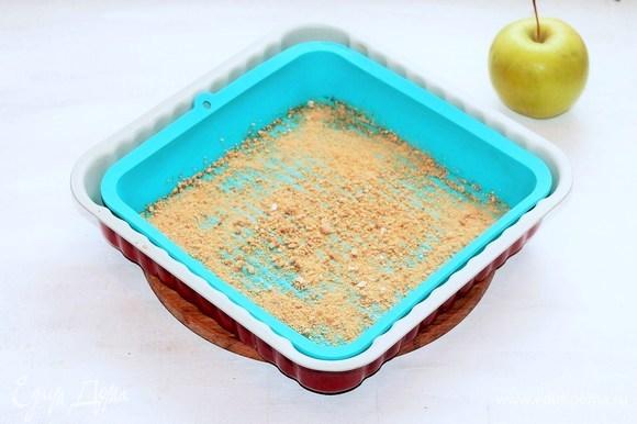 Прямоугольную форму для выпечки смазать оставшимся сливочным маслом. Дно я посыпала молотым овсяным печеньем (1 шт.), это по желанию.