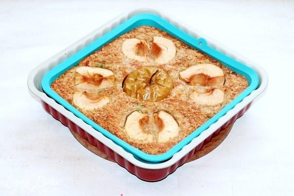 Выпекать пирог в разогретой духовке 45–50 минут.