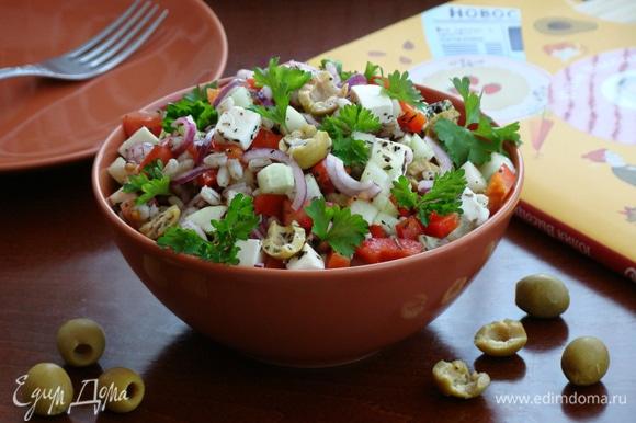 Вкусный греческий салат с перловой крупой готов!