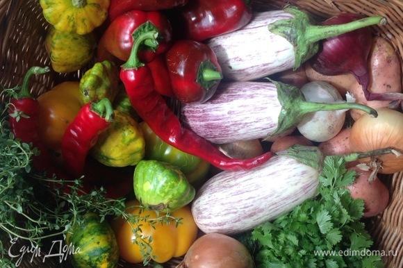 Нарезаю овощи: перец, патиссоны, лук, чеснок. На сковородку кладу лук, чеснок и поджариваю на оливковом масле пару минут, добавляю рис, тимьян, еще пару минут жарю. Наливаю воду (пропорция 1:2), добавляю соль, перец душистый. Тушу, помешивая, 10 минут.