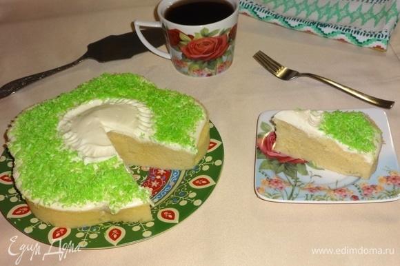 Разрезать пирог на порции и подать к чаю или кофе, какао, молоку. Угощайтесь! Приятного аппетита!