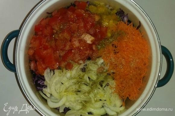 Затем к капусте добавляем нарезанные овощи, тертую морковь, масло, соль, приправу для салатов. Перемешиваем все вместе. Ставим салат в холодильник на 30 минут.