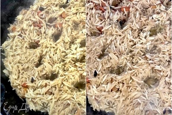В процессе надо рис, не залезая вглубь, слегка ворошить и снова выравнивать. Минут через пятнадцать-двадцать (от риса и температуры зависит) очень советую протыкать весь слой плова до дна казана. Чтобы дать возможность и рису зирваком пропитаться получше, и воде испариться.