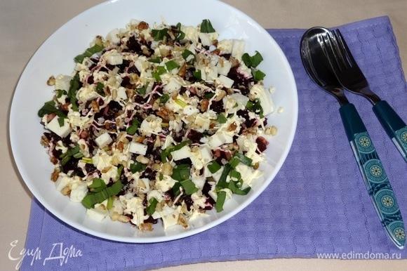 Свеклу с черемшой и орехами выложить в салатник. Положить кубики брынзы. Нанести сеточку майонеза. Посыпать салат оставшейся черемшой и орехами. Подать салат к столу. Приятного аппетита!