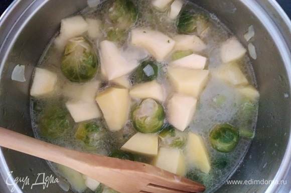 Залить водой (кипятком) так, чтобы покрыло овощи. Посолить и поперчить по вкусу. Варить 25 минут до готовности овощей.