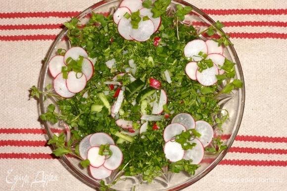 Выложить салат в вазу. Украсить цветками из кружков редиса, веточками мокрицы. Угощайтесь! Приятного аппетита!