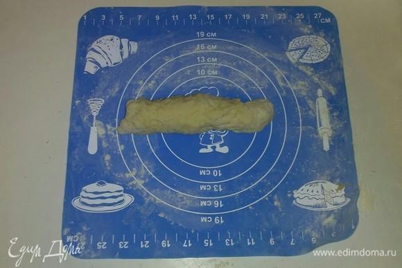 Достаем из холодильника охлажденное тесто и отщипываем от него примерно 5 часть. Делаем из нее колбаску диаметром около 2,5–3 сантиметров.