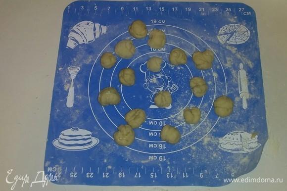 Затем из каждой лепешечки формируем шарик.