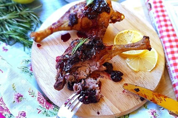 Выкладываем ножки на блюдо для подачи, сверху поливаем свежеприготовленным вишневым соусом. Также можно украсить веточками тимьяна или розмарина. Я использую розмарин. Все, умопомрачительная утка готова!
