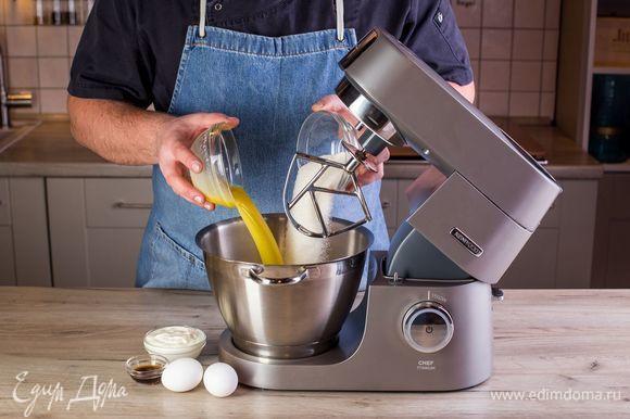 В чаше смешайте растопленное сливочное масло, сахар, яйца, сметану. Добавьте ванильный экстракт. Все перемешайте с помощью к-образной насадки.