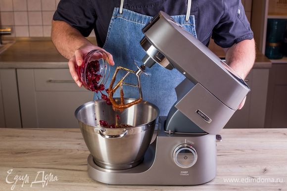 Добавьте вишню. Если ягода замороженная, размораживать ее не нужно. Перемешайте тесто.