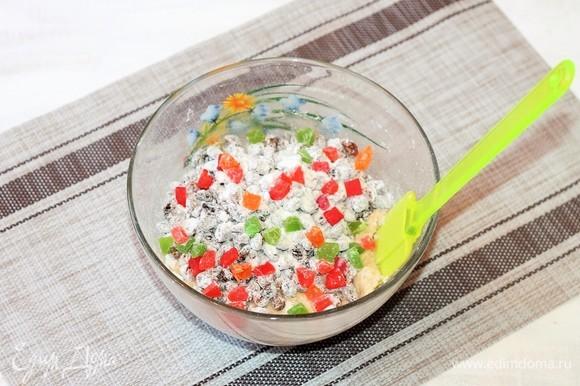 Добавить горсть мелких цукатов (по желанию) и перемешать тесто.