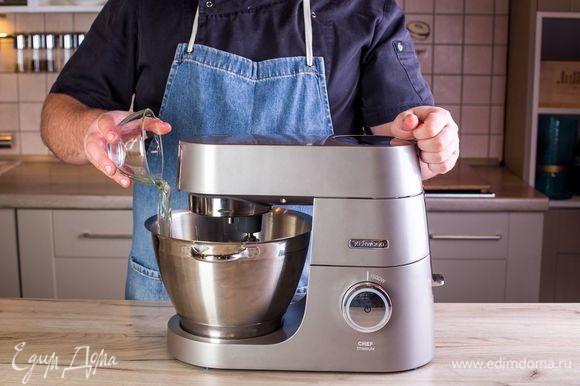 С помощью насадки венчик взбейте белки в комбайне с 80 г сахара в крепкую пену.