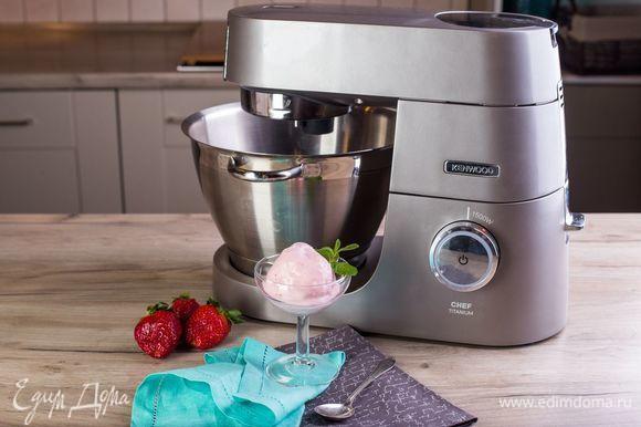 Подавайте мороженое в креманках, украсив свежими ягодами. Приятного аппетита!