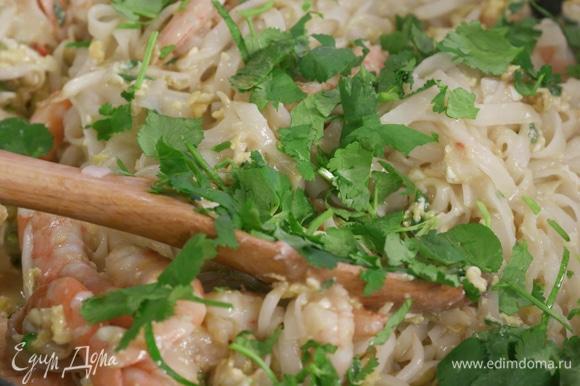Лапшу переложить к креветкам, добавить немного нарезанной кинзы или мяты, или зеленого лука.