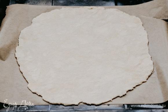 Тесто разделить на 2 части. Большую часть теста раскатать в тонкий пласт и выложить на бумагу для выпечки.