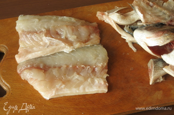 Если нет готового филе, чистим рыбу, вынимаем кости. Готовила дораду.