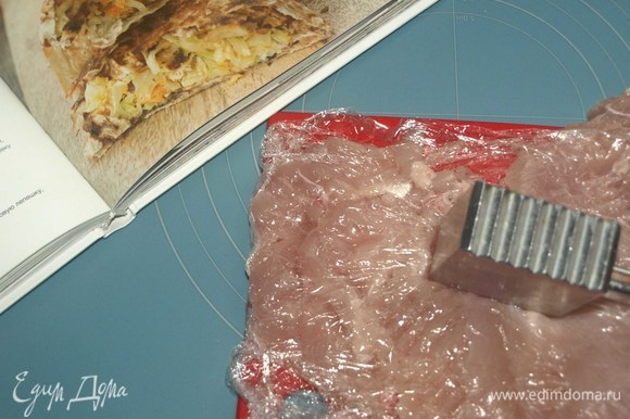 Куриное филе завернуть в пищевую пленку и отбить. Снять пленку, филе посолить, поперчить и нарезать тонкими полосками или небольшими кусочками. Обжарить в разогретом в сковороде оливковом масле до готовности. Добавить к филе мед и бальзамический укус. Прогреть еще 5 минут.