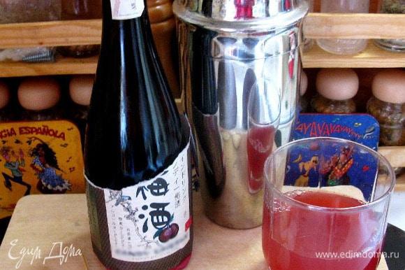 Берем сливовое вино (можно крымское, можно китайское сливовое) и морс, заливаем в кастрюлю и подогреваем, но не даем закипеть.