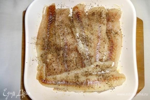 Выложить в форму филе рыбы, посолить, поперчить, посыпать сушеным базиликом, сбрызнуть лимонным соком.