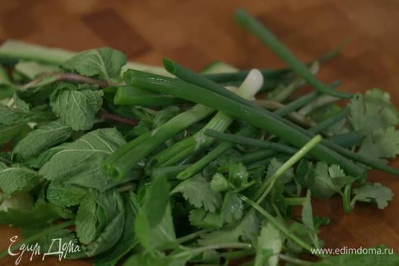Зеленый лук разрезать пополам.