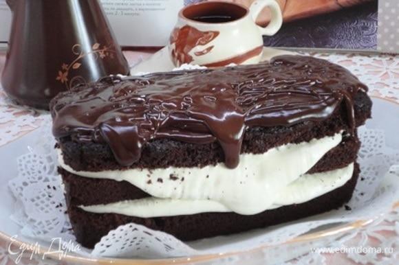 Смажьте коржи кремом и отправьте в холодильник на 1 час. Для глазури черный шоколад и сливки растопите в небольшой кастрюльке, добавьте 1 ст. л. кипятка, слегка остудите (я, видно, остудила больше, чем надо и у меня глазурь не залилась достаточно гладко) и полейте шоколадной глазурью торт.